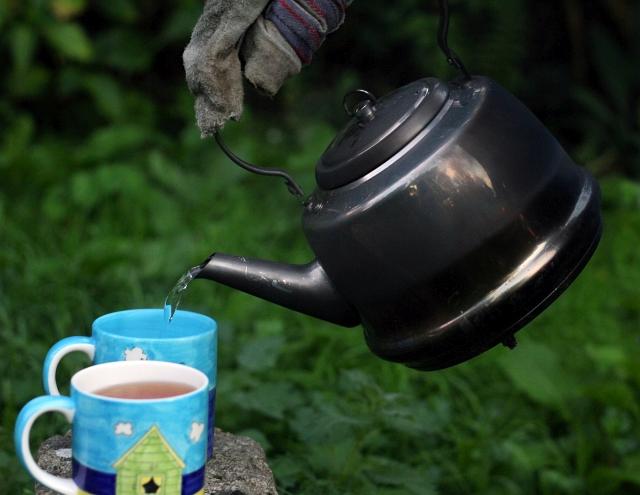 petromax-kettle-pour