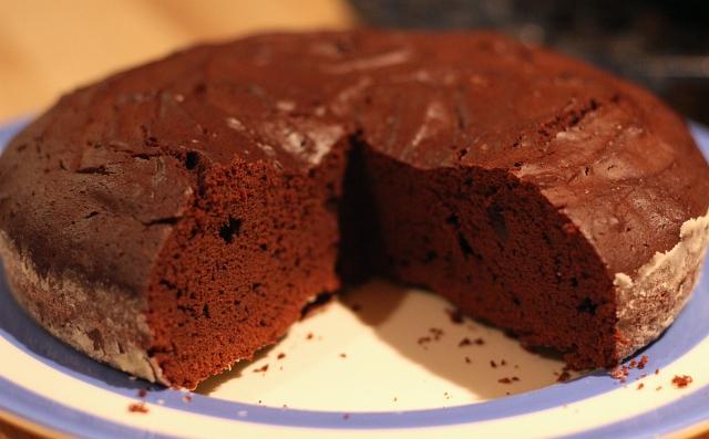 dutch-oven-brownie-chocolate-cake