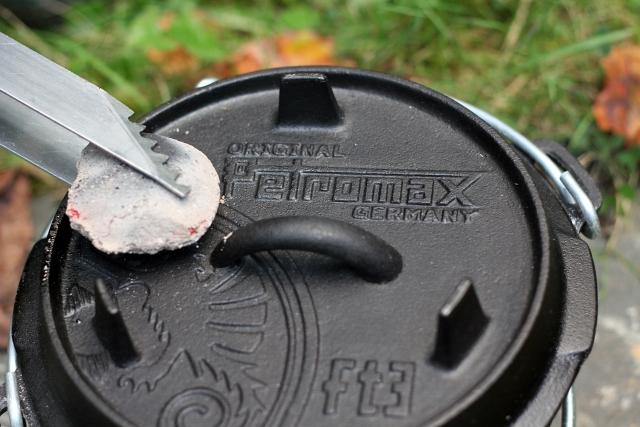 petromax-dutch-oven-ft3-charcoal