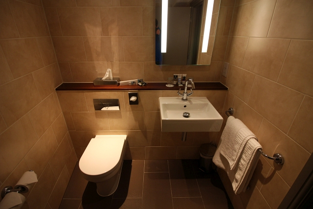 mecure-hotel-staines-privilege-rooms-bathroom